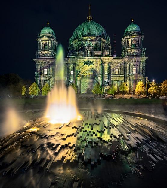 Cathédrale de berlin avec illumination festive Photo Premium