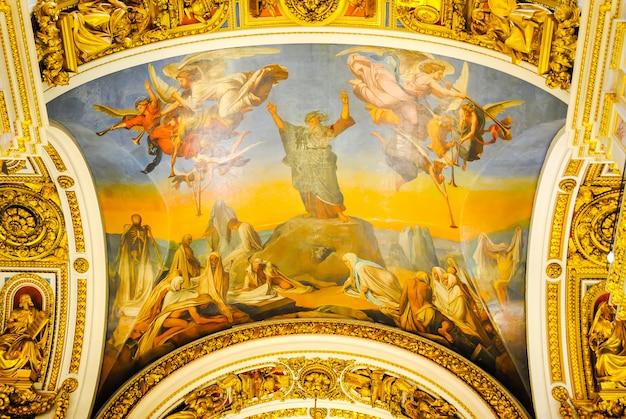 La cathedrale d'isaac a reçu des visiteurs apres restauration de nombreuses expositions. Photo Premium