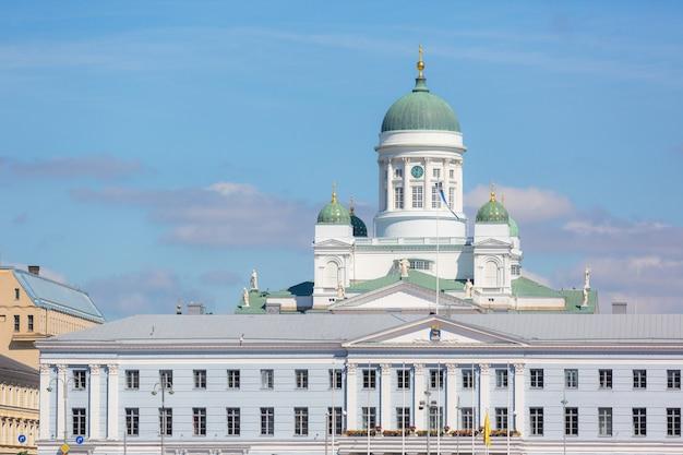 Cathédrale luthérienne et hôtel de ville d'helsinki Photo Premium