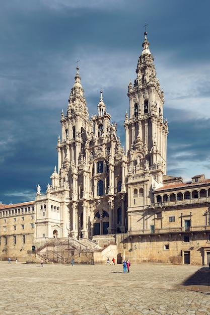 Cathédrale saint-jacques-de-compostelle vue de la place obradoiro Photo Premium
