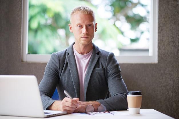 Caucasien, blazer, séance, bureau, bureau, ordinateur portable, regarder appareil-photo Photo gratuit
