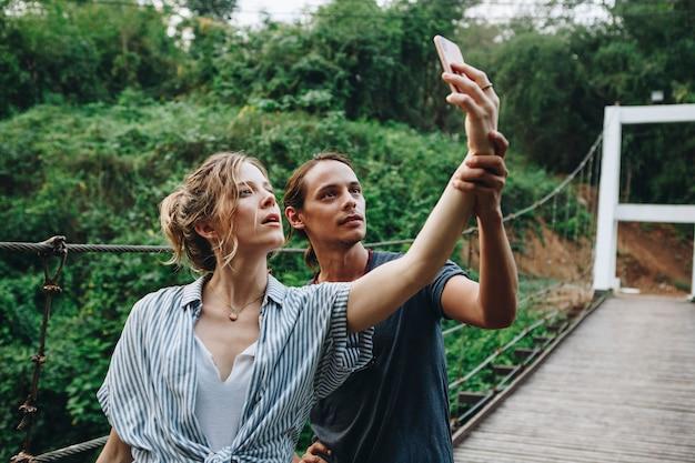 Caucasien, Femme, Et, Homme, Prendre, A, Selfie, Dehors, Loisir, Loisir, Et, Concept Aventure Photo Premium