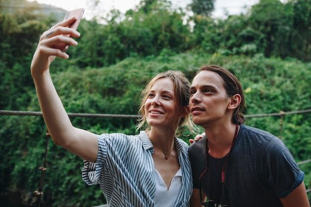Caucasien, Femme, Et, Homme, Prendre, A, Selfie, Dehors, Récréatif, Loisirs Photo Premium