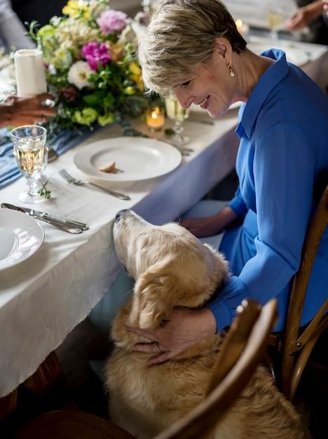 Caucasien, femme, petting, golden retriever, à, réception réception Photo gratuit