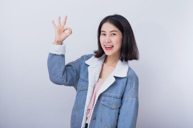 Caucasien, femme souriante, projection, main, signe ok Photo Premium
