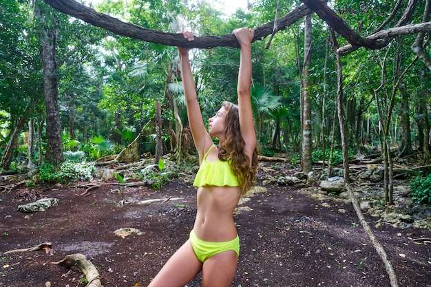 Caucasien, fille, jouer, dans, forêt tropicale, jungle Photo Premium