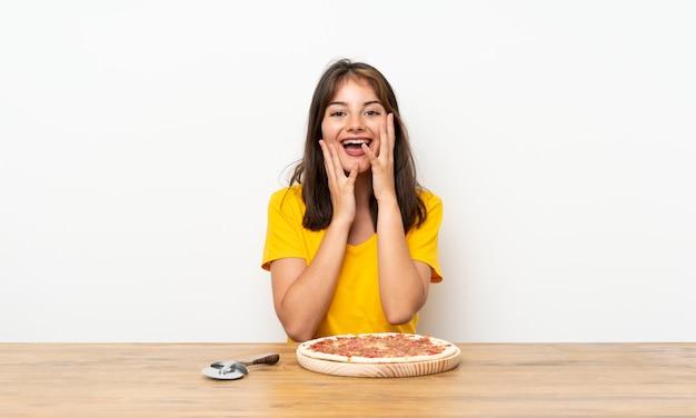 Caucasien, fille, pizza, surprise, expression faciale Photo Premium