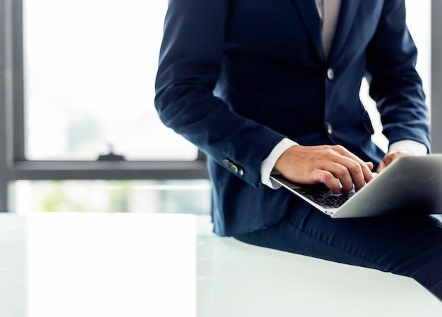 Caucasien, homme affaires, dans, les, bureau, shoot Photo Premium