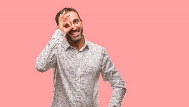 Caucasien, homme, sur, gris, brackground, confiant, faire, ok, geste, oeil Photo Premium