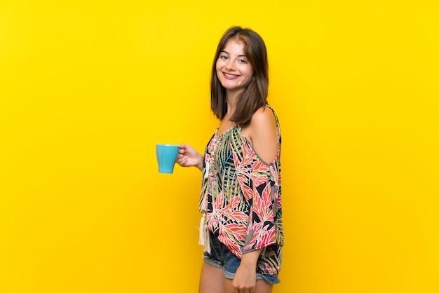 Caucasienne, fille, dans, coloré, robe, tenant, chaud, tasse café Photo Premium