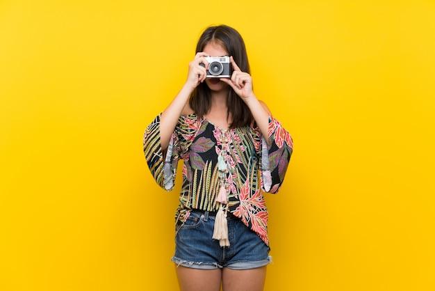 Caucasienne Fille En Robe Colorée Avec Des Jumelles Noires Photo Premium