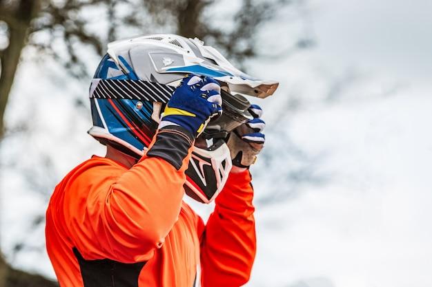 Le cavalier porte un casque protecteur Photo Premium