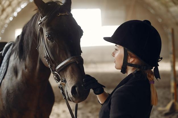 Le Cavalier S'entraîne Avec Le Cheval Photo gratuit