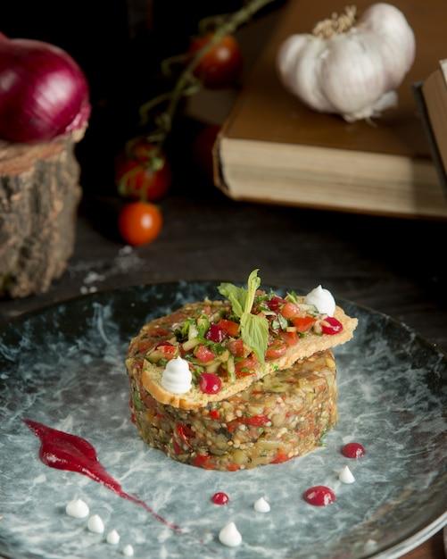 Caviar d'aubergines avec légumes finement hachés Photo gratuit
