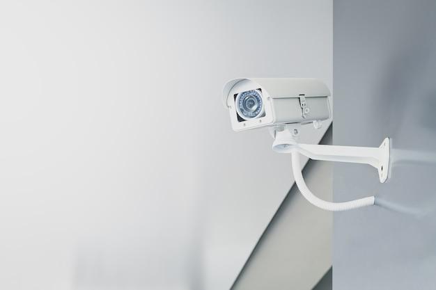 Cctv caméra de sécurité sur le mur dans le bureau à domicile pour la surveillance surveillance système de garde à la maison. Photo Premium