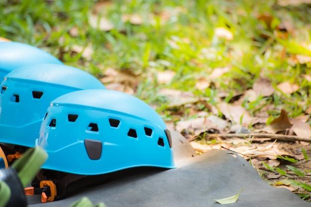 Ceintures de sécurité avec des carabines et un casque. matériel de parcours d'obstacles pour les activités de plein air et les sports Photo Premium