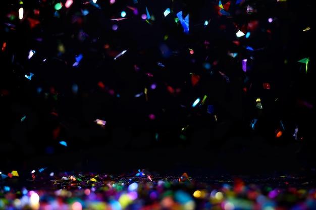 Célébration Avec Des Confettis Colorés En Vol, Isolé Sur L'arrière-plan Photo Premium