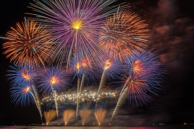 Célébration du feu d'artifice multicolore fantastique du grand bateau sur la mer, concept de célébration Photo Premium