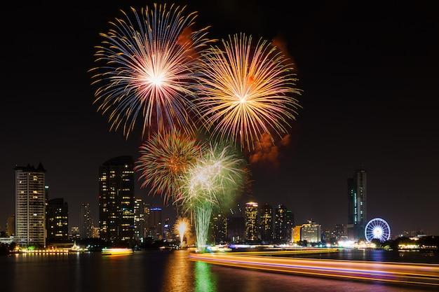Célébration du nouvel an 2016 à asiatique au bord de la rivière bangkok en thaïlande. Photo Premium