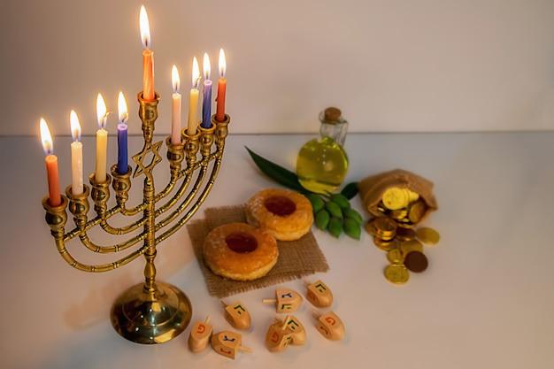 Célébration de la fête juive de hanukah avec la menorah Photo Premium