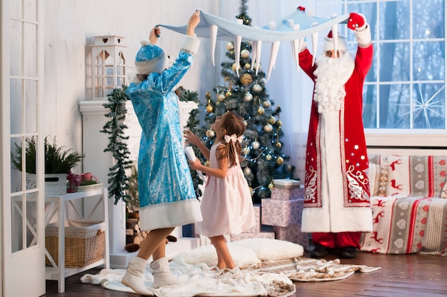 Célébration, noël, nouvel an, heure d'hiver, vacances, père noël, fille des neiges Photo Premium