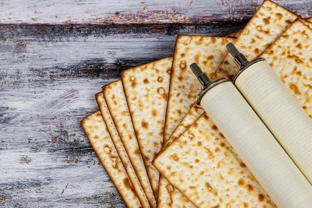 La célébration de pesah et le rouleau de la torah pendant les vacances juives de la pâque. Photo Premium