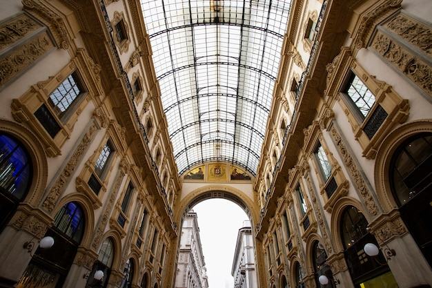 Le célèbre centre commercial vittorio emanuele ii, l'un des principaux monuments de milan Photo Premium