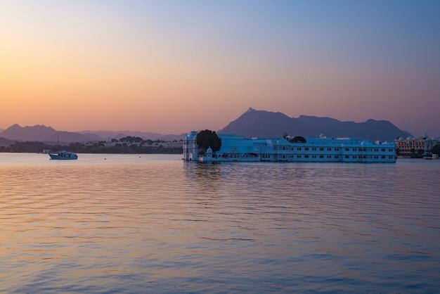 Le célèbre palais blanc flottant sur le lac pichola au coucher du soleil. udaipur, destination de voyage et attraction touristique du rajasthan, inde Photo Premium