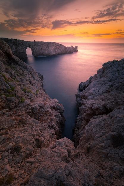 Célèbre Pont D'en Gil Sur La Côte Ouest De Minorque, îles Baléares, Espagne. Photo Premium