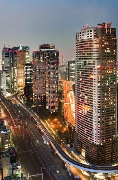 Célèbre Région De Shiodome Pendant La Soirée à Minato, Tokyo, Japon Photo gratuit