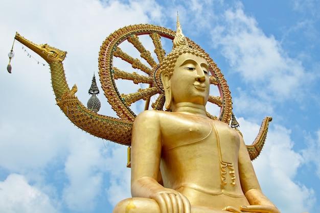 Célèbre Statue Historique De Bouddha Touchant Le Ciel Dans Le Temple Wat Phra Yai, Thaïlande Photo gratuit