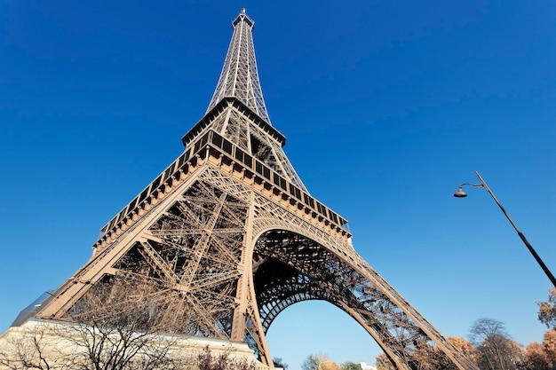 La Célèbre Tour Eiffel Avec Un Ciel Bleu à Paris Photo gratuit