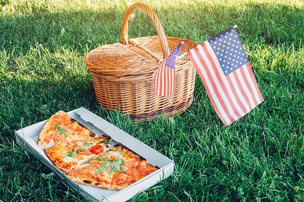 Célébrer Le Jour De L'indépendance De L'amérique Avec Une Pizza. Panier De Pique-nique Avec Drapeau Usa. Photo Premium