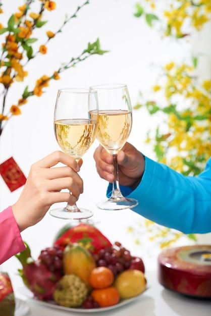 Célébrer Le Nouvel An Avec Du Vin Photo gratuit