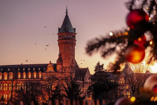 Célébrer Le Temps De Noël Dans La Ville Photo Premium