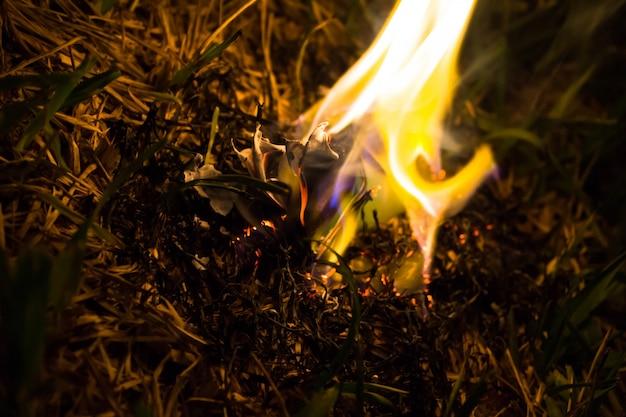 Cendres Brûlantes D'un Avion En Papier Photo gratuit