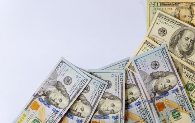 Cent dollars américains isolés sur fond blanc Photo Premium