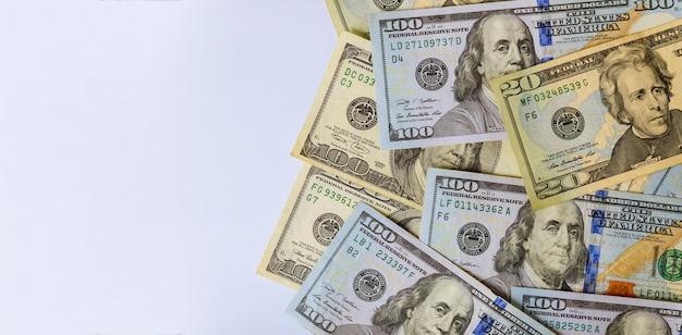 Une centaine de billets en dollars américains se bouchent Photo Premium