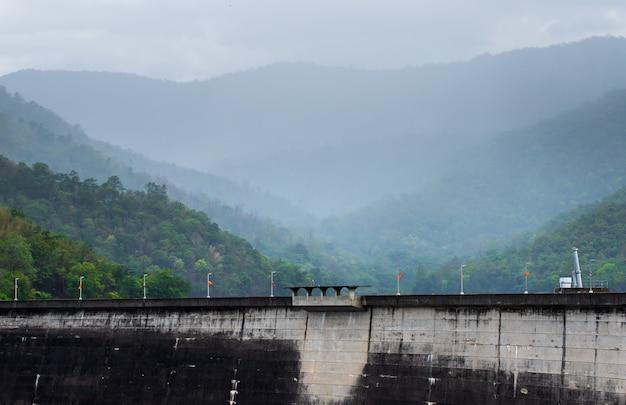 La centrale électrique du barrage de bhumibol en thaïlande. Photo Premium