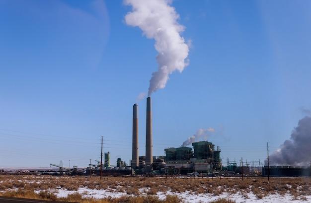 Centrale industrielle avec cheminée Photo Premium