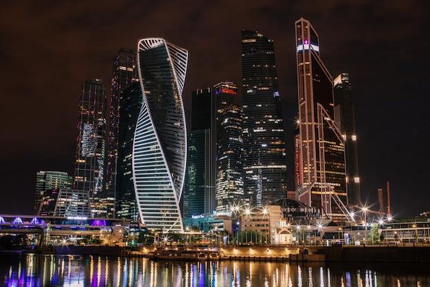 Centre d'affaires international, nuit de moscou-ville avec reflet dans la rivière moskva Photo Premium