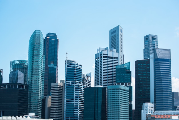 Centre d'affaires moderne, paysage urbain de quartier central des affaires avec beau ciel ensoleillé. Photo Premium