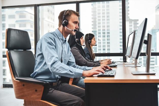 Centre D'appels Avec Des Travailleurs D'équipe Photo Premium