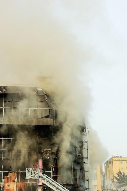 Centre commercial brûlant ou centre commercial avec de la fumée Photo gratuit