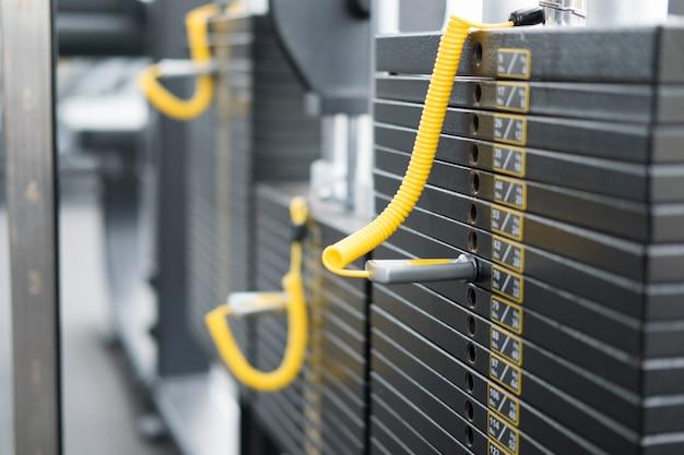 Centre de conditionnement physique, intérieur de la salle de sport, club de santé avec équipement d'entraînement sportif pour exercices d'aérobic et musculation. Photo Premium