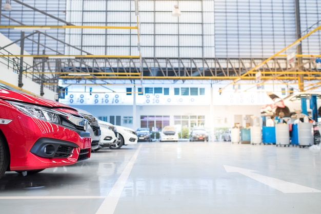 Centre de soins intérieur. l'ascenseur électrique pour voitures en service est posé sur le sol en époxy dans le service d'usine de voitures neuves Photo Premium