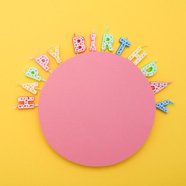 Cercle De Bougies D'anniversaire Non Allumées Avec Des Lettres Photo gratuit
