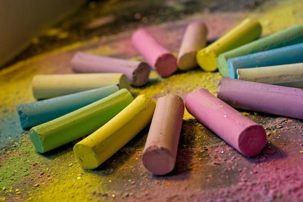 Cercle de craie colorée sur fond coloré Photo Premium