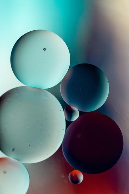 Cercles De Couleur Foncée Sur Une Surface Colorée Photo gratuit