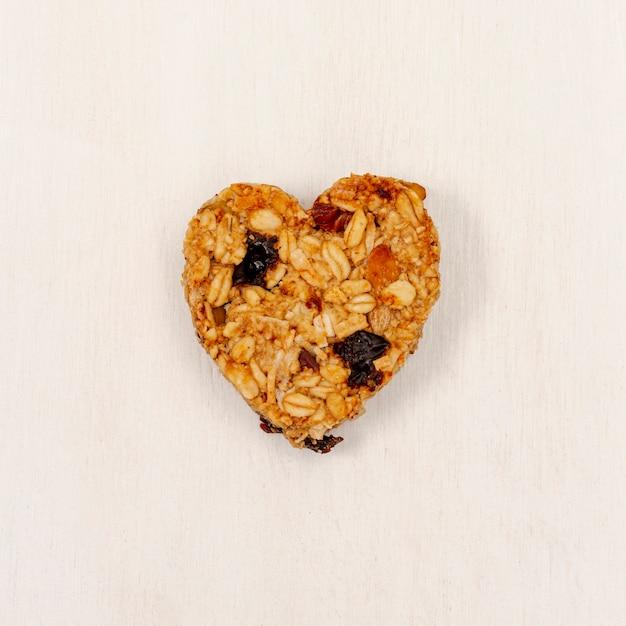 Céréale en forme de coeur avec raisin Photo gratuit